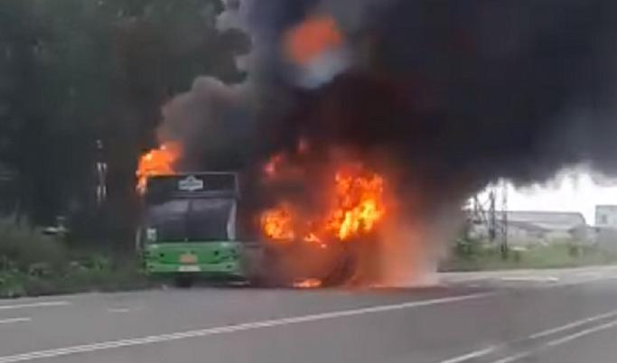 По дороге из Конаково в Дубну загорелся пассажирский автобус | Видео